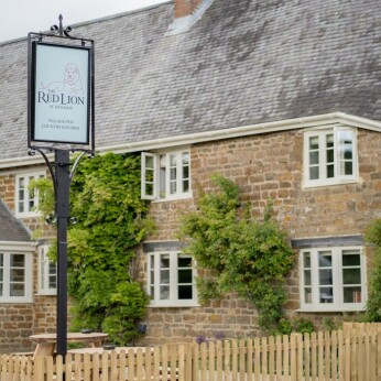 Red Lion, Hellidon